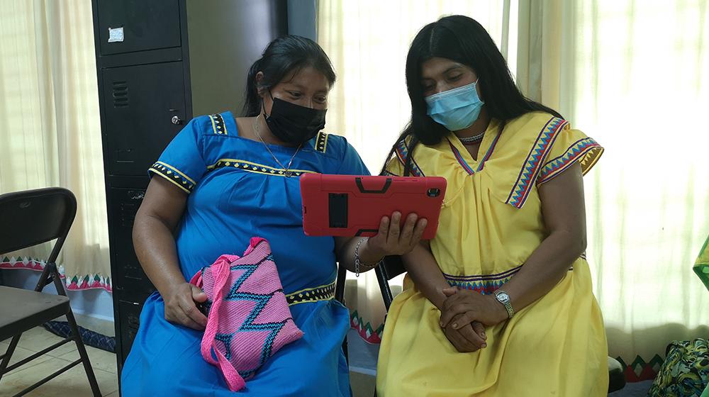 Mujeres ngäbes son capacitadas para usar tabletas electrónicas.